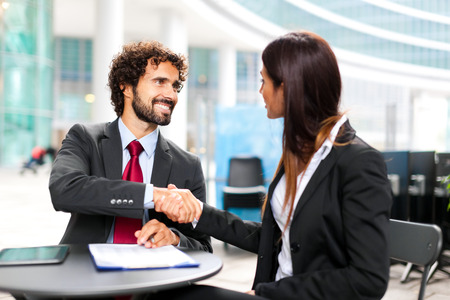contratos: La gente de negocios que firman un contrato Foto de archivo