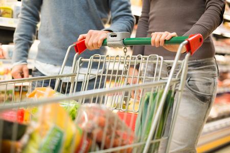 abarrotes: Detalle de un par de compras en un supermercado