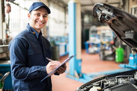 cuerpo humano: Retrato de un mecánico en el trabajo en su garaje