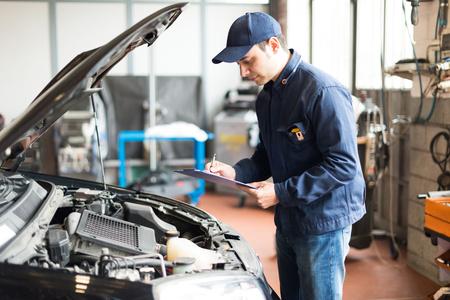 Porträt von einem Mechaniker bei der Arbeit in seiner Garage Standard-Bild