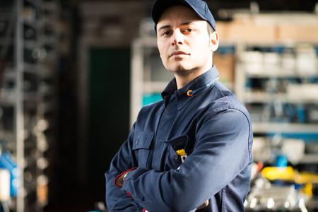 Portret van een werknemer in zijn winkel Stockfoto