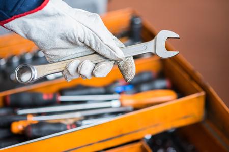 fontanero: Detalle de la mano de un trabajador en una f�brica