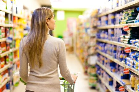chicas de compras: Mujer de compras en el supermercado Foto de archivo