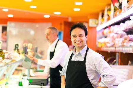 supermercado: Tendero trabajando en su tienda de comestibles
