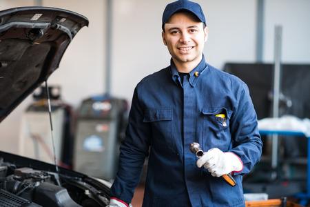 mecanico: Mec�nico que trabaja en un motor de autom�vil Foto de archivo