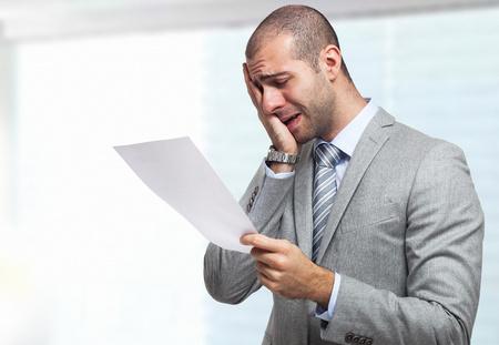 sorprendido: Retrato de un hombre de negocios estresado lectura de un documento