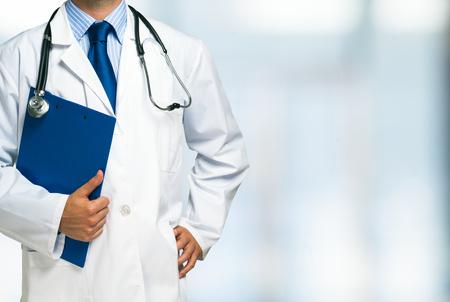 uniform: Detalle de un médico sosteniendo un portapapeles