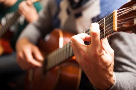 guitarra acustica: Detalle de un jugador de la guitarra clásica Foto de archivo