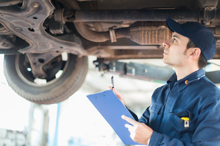 mecanico: Retrato de un mecánico en el trabajo en su garaje