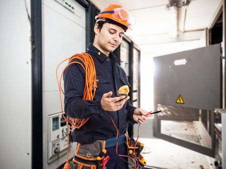 circuitos electricos: Retrato de un electricista en el trabajo en una sala de transformadores
