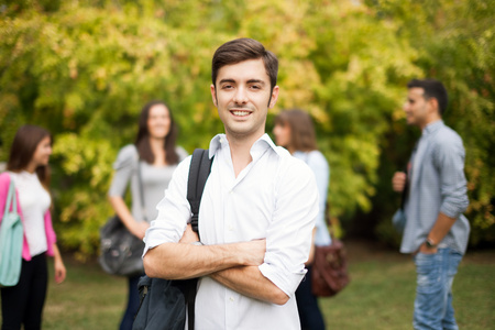 niño con mochila: Retrato al aire libre de un hombre joven y sonriente Foto de archivo