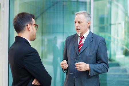 ejecutivos: La gente de negocios que tienen una conversación