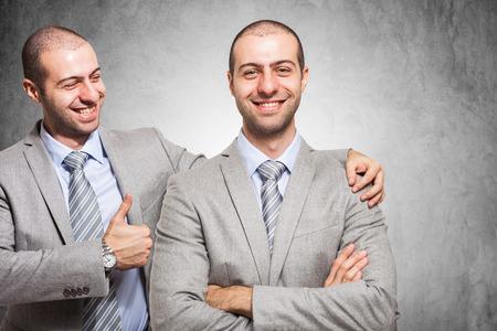 felicitaciones: Sonriente hombre de negocios felicitando consigo mismo