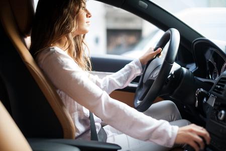그녀의 차를 운전하는 젊은 여자