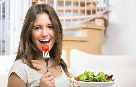 Vrouw die gezond voedsel Stockfoto - 41808340