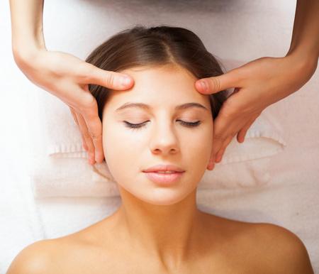 cabeza de mujer: Mujer hermosa que tiene un masaje en la cabeza Foto de archivo