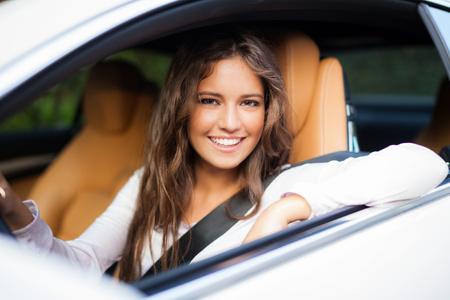 Giovane donna guida la sua auto
