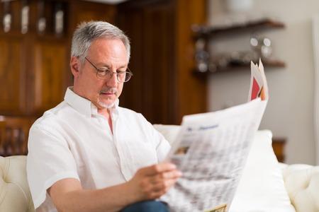 oude krant: Portret van een volwassen man het lezen van een krant