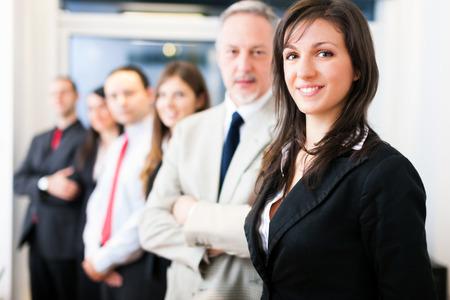Groep van mensen uit het bedrijfsleven in hun kantoor Stockfoto
