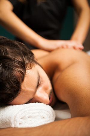 Uomo bello con un massaggio Archivio Fotografico