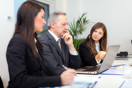 empresas: Gente en el trabajo durante una reunión de negocios