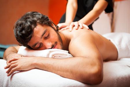 massage homme: Homme ayant un massage dans un centre de bien-être