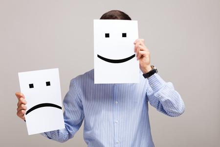 viso di uomo: Concettuale immagine di un uomo che cambia il suo stato d'animo dal male al bene