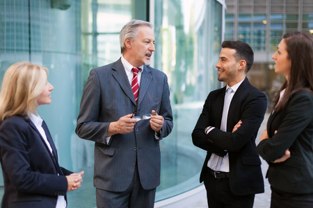 lideres: Grupo de hombres de negocios que discuten