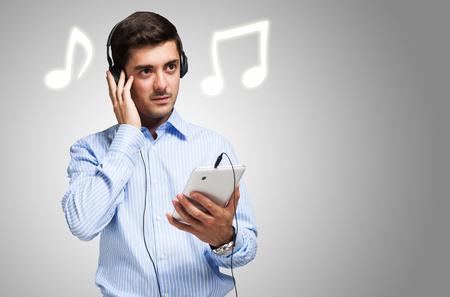 escuchando musica: Joven escuchando música