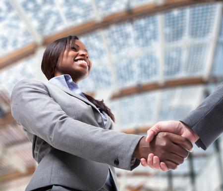 Gli uomini d'affari agitando le mani per sigillare un accordo