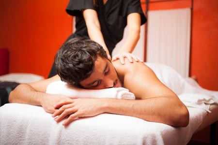 Hombre Relaxed que tiene un masaje