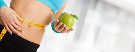 Donna in possesso di una mela. Ampia immagine con un sacco di copia-spazio