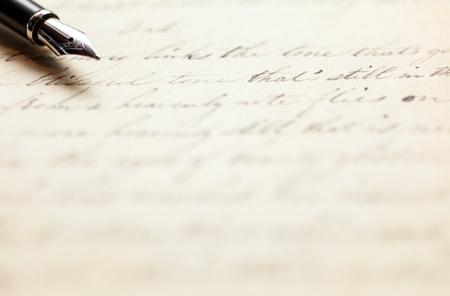 Penna stilografica su una lettera scritta a mano d'epoca Archivio Fotografico