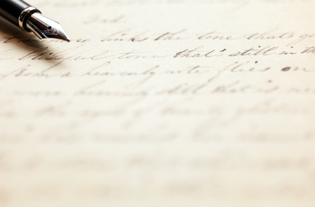 Fountain pen on an antique handwritten letter Foto de archivo
