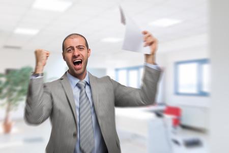Portrait eines sehr glücklichen Geschäftsmannes,