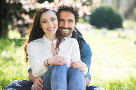 pareja de esposos: Retrato de una pareja que se divierten al aire libre sonriente Foto de archivo