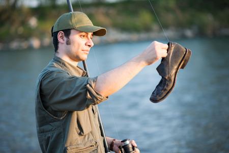 Portret van een visser die op een rivier Stockfoto