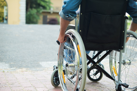 silla: Detalle de un hombre discapacitado tratando de conseguir en una rampa Foto de archivo