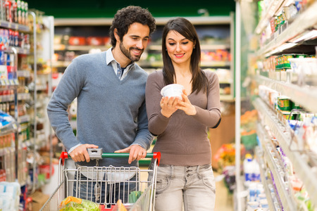 Giovane coppia di shopping in un supermercato