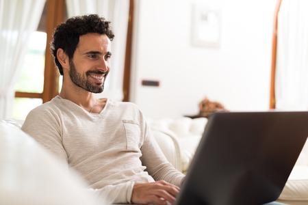 correo electronico: Retrato de una mujer joven y sonriente con un tablet PC en su apartamento Foto de archivo