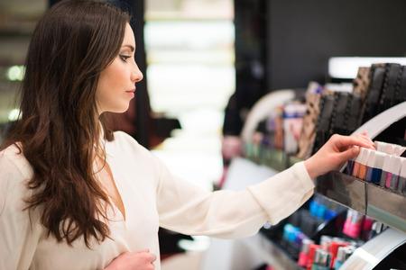 lapiz labial: Retrato de una mujer de compras en una tienda de belleza