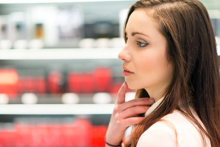뷰티 샵에서 젊은 여자의 쇼핑 스톡 콘텐츠