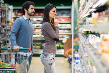 familias jovenes: Compras Hermoso hombre en un supermercado