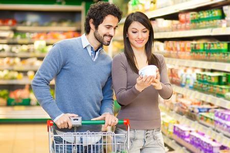 carro supermercado: Pareja de compras en un supermercado Foto de archivo