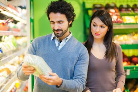 etiqueta: Couple shopping in a supermarket