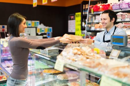 Winkelier werken in zijn supermarkt Stockfoto