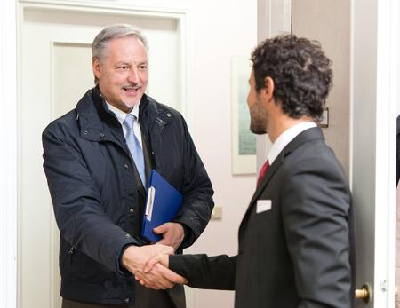 Hombres de negocios reunidos en una oficina Foto de archivo - 55092478