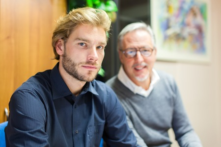 reunion de trabajo: La gente de negocios en el trabajo durante una reunión
