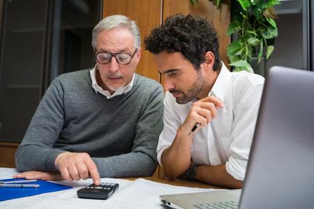 Ingenieurs aan het werk in hun kantoor Stockfoto