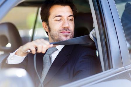 cinturon seguridad: cintur�n de seguridad de sujeci�n hermoso del hombre Foto de archivo